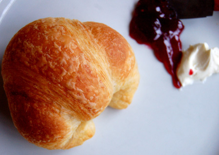 Croissant_with_jam
